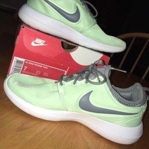 Women's Sise 7 Nike Roshe Twos